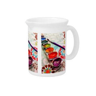 Bandeja y cepillo de la pintura del artista de la  jarra para bebida