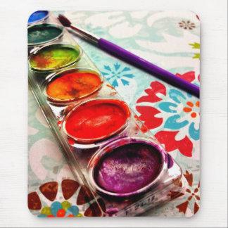 Bandeja y cepillo de la pintura del artista de la  tapetes de ratón