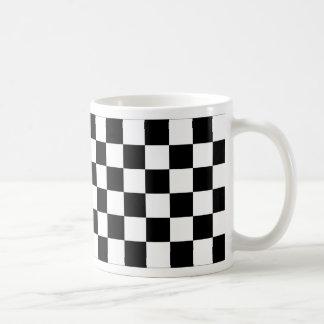 Bandera a cuadros blanco y negro el competir con a tazas de café