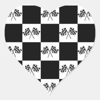 Bandera a cuadros de las banderas de las carreras pegatina en forma de corazón