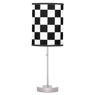 Bandera a cuadros que compite con el modelo lámpara de mesa