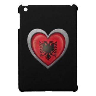 Bandera albanesa del corazón con efecto del metal