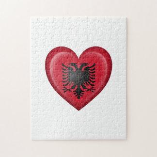 Bandera albanesa del corazón en blanco rompecabezas