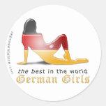 Bandera alemana de la silueta del chica etiquetas redondas