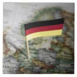 Bandera alemana en mapa azulejo cuadrado grande