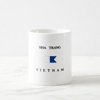 Bandera alfa de la zambullida de Nha Trang Vietnam Taza Básica Blanca