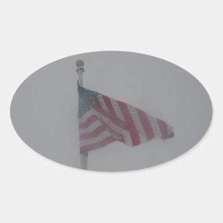 Bandera americana a través de la tormenta pegatina ovalada