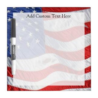 Bandera americana, agitando en viento pizarras blancas