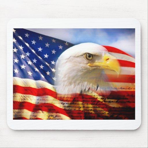 Bandera americana con Eagle calvo Tapetes De Ratón