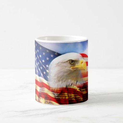 Bandera americana con Eagle calvo Taza Básica Blanca