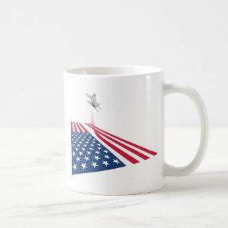 Bandera americana con el lanzamiento del avión de taza