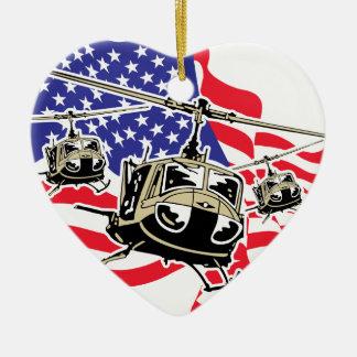 Bandera americana con los helicópteros adorno navideño de cerámica en forma de corazón