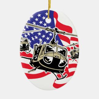 Bandera americana con los helicópteros adorno navideño ovalado de cerámica