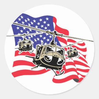 Bandera americana con los helicópteros pegatina redonda