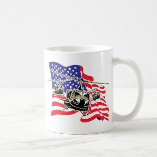 Bandera americana con los helicópteros taza
