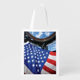 Bandera americana de la estación espacial con bolsas para la compra