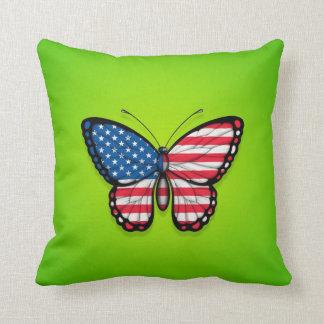 Bandera americana de la mariposa en verde almohadas