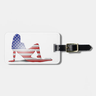 Bandera americana de la silueta del chica etiquetas bolsa