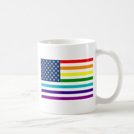 Bandera americana del arco iris taza básica blanca