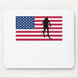 Bandera americana del esquiador del campo a través alfombrillas de raton