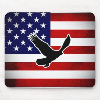 Bandera americana del Grunge con la silueta de Eag Alfombrillas De Raton