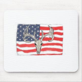 Bandera americana detrás de un cráneo de los alfombrilla de raton