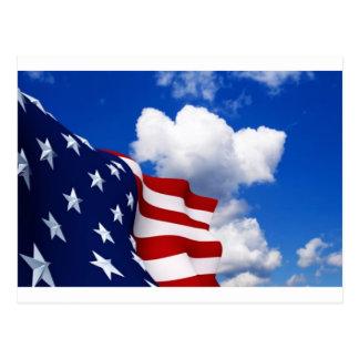 Bandera americana en cielos azules postal