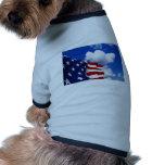 Bandera americana en cielos azules camisa de perrito