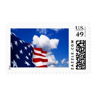 Bandera americana en cielos azules sellos
