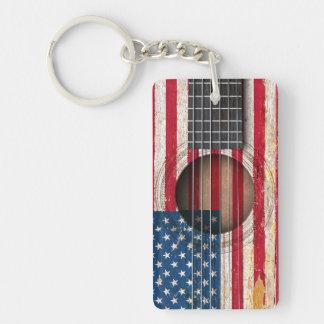 Bandera americana en la guitarra acústica vieja llaveros