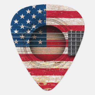 Bandera americana en la guitarra acústica vieja uñeta de guitarra
