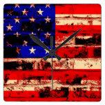 Bandera americana en la pared de ladrillo agrietad relojes