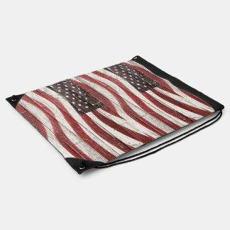 Bandera americana en la textura de madera mochilas