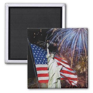 Bandera americana, fuegos artificiales y estatua d iman para frigorífico