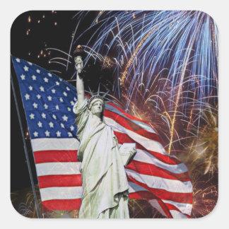Bandera americana, fuegos artificiales y estatua d pegatinas cuadradases