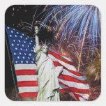 Bandera americana, fuegos artificiales y estatua pegatina cuadrada