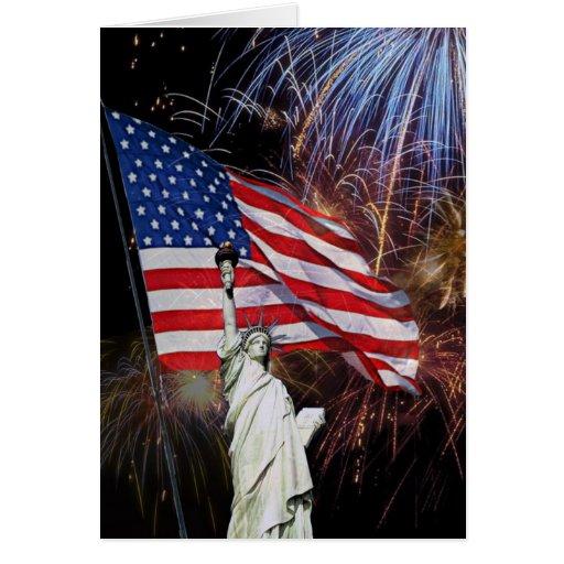 Bandera americana, fuegos artificiales y estatua tarjeta de felicitación