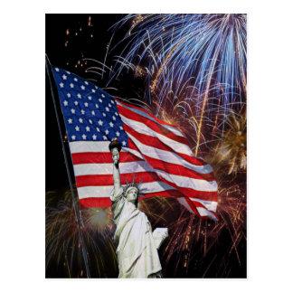 Bandera americana, fuegos artificiales y estatua postal