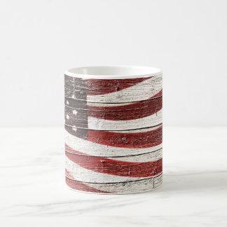 Bandera americana pintada en textura de madera taza básica blanca