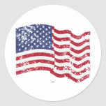 Bandera americana que agita - apenada pegatina redonda