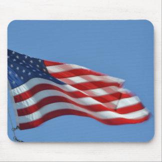 Bandera americana que agita en el cojín de ratón d alfombrillas de ratones