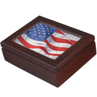 Bandera americana que agita patriótica caja de recuerdos
