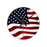 Bandera americana que agita reloj de pared