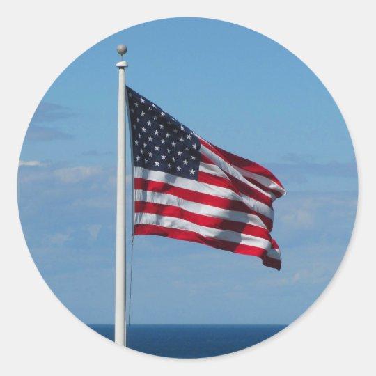 Bandera americana sobre el océano pegatina redonda