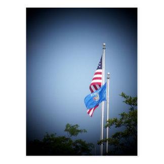 Bandera americana y bandera de Wisconsin Tarjeta Postal