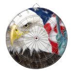 Bandera americana y estatua del águila de la liber tablero dardos