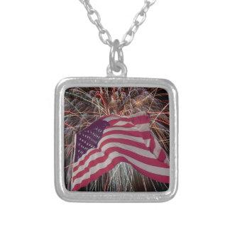 Bandera americana y fuegos artificiales colgante cuadrado