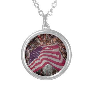 Bandera americana y fuegos artificiales colgante redondo