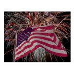 Bandera americana y fuegos artificiales tarjeta postal