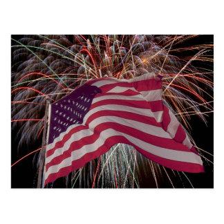Bandera americana y fuegos artificiales postal